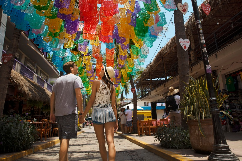 RKGNV-EXT-Couple-ExploringSayulita2-1A-RGB.jpg